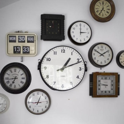 Assorted vintage wall clocks real home L etc 06/2007 pub orig