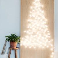 Un albero di natale fatto di sole luci