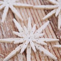 Decorazioni natalizie fai da te: i fiocchi di neve con le mollette di legno