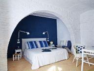 Camera da letto bianca e blu