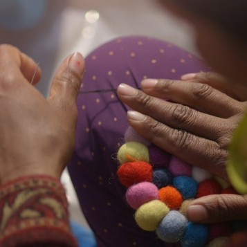Realizzazione tappeto di palline, Nepal